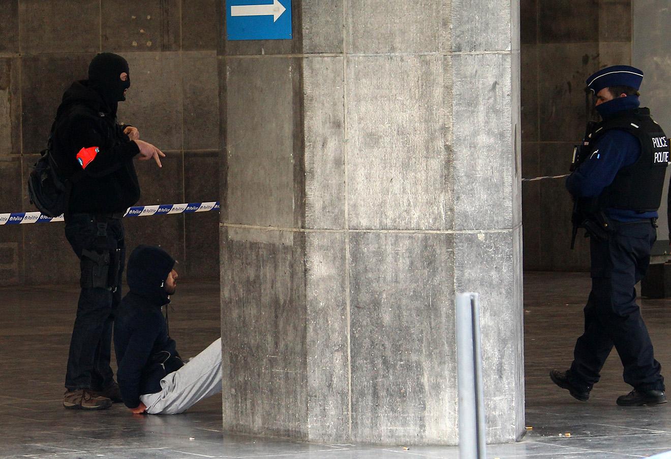 Бельгийские полицейские задерживают человека на вокзале Гар-дю-Миди в Брюсселе.