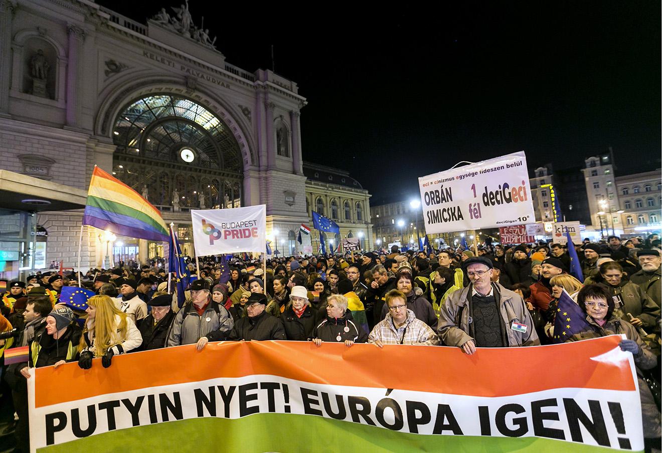 Протест против визита Владимира Путина в Будапеште. Надпись на баннере гласит: «Путин — нет! Европа — да!» Фото: Balazs Mohai / AP