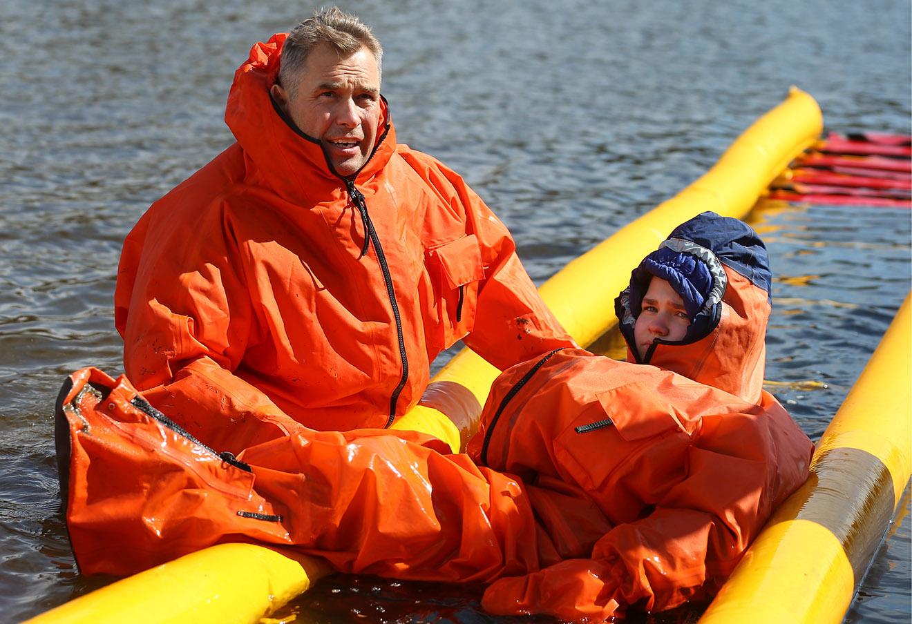 Павел Астахов и один из участников экспедиции во время испытания специальных гидрокостюмов для преодоления водных препятствий, 2014 год.