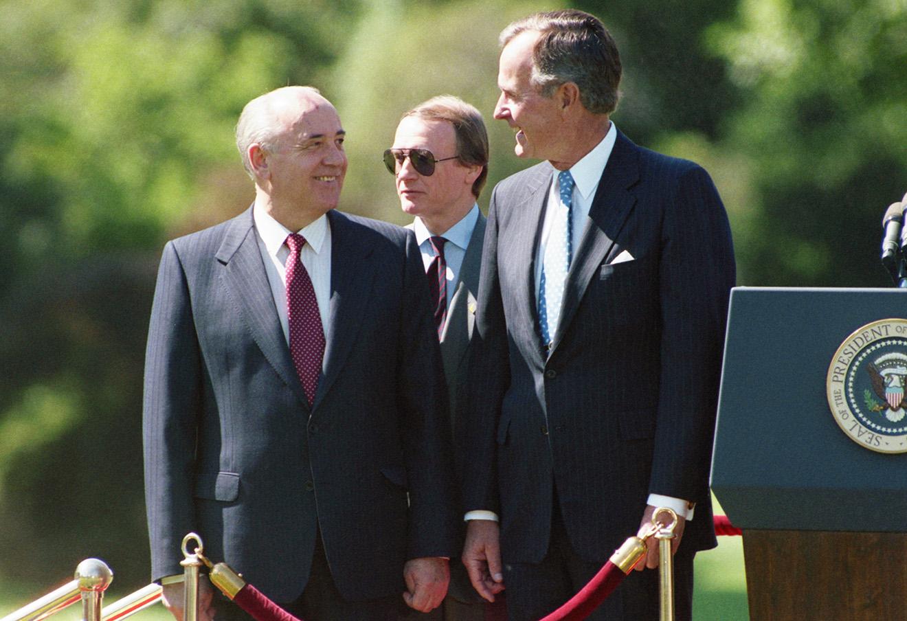 Президент СССР Михаил Горбачев и президент США Джордж Буш во время торжественной церемонии встречи в Белом доме. США, 5 июня 1990. Фото: Юрий Лизунов / ТАСС