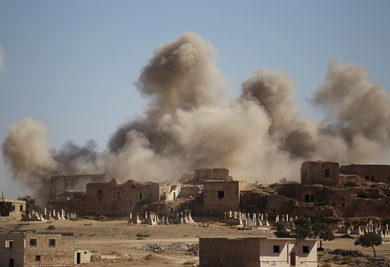 Последствия авиа-удара по городу Мааррет-эль-Нууман, контролируемым повстанцами, Сирия, 25 сентября 2016 год. Фото: Abdalrhman Ismail / Reuters