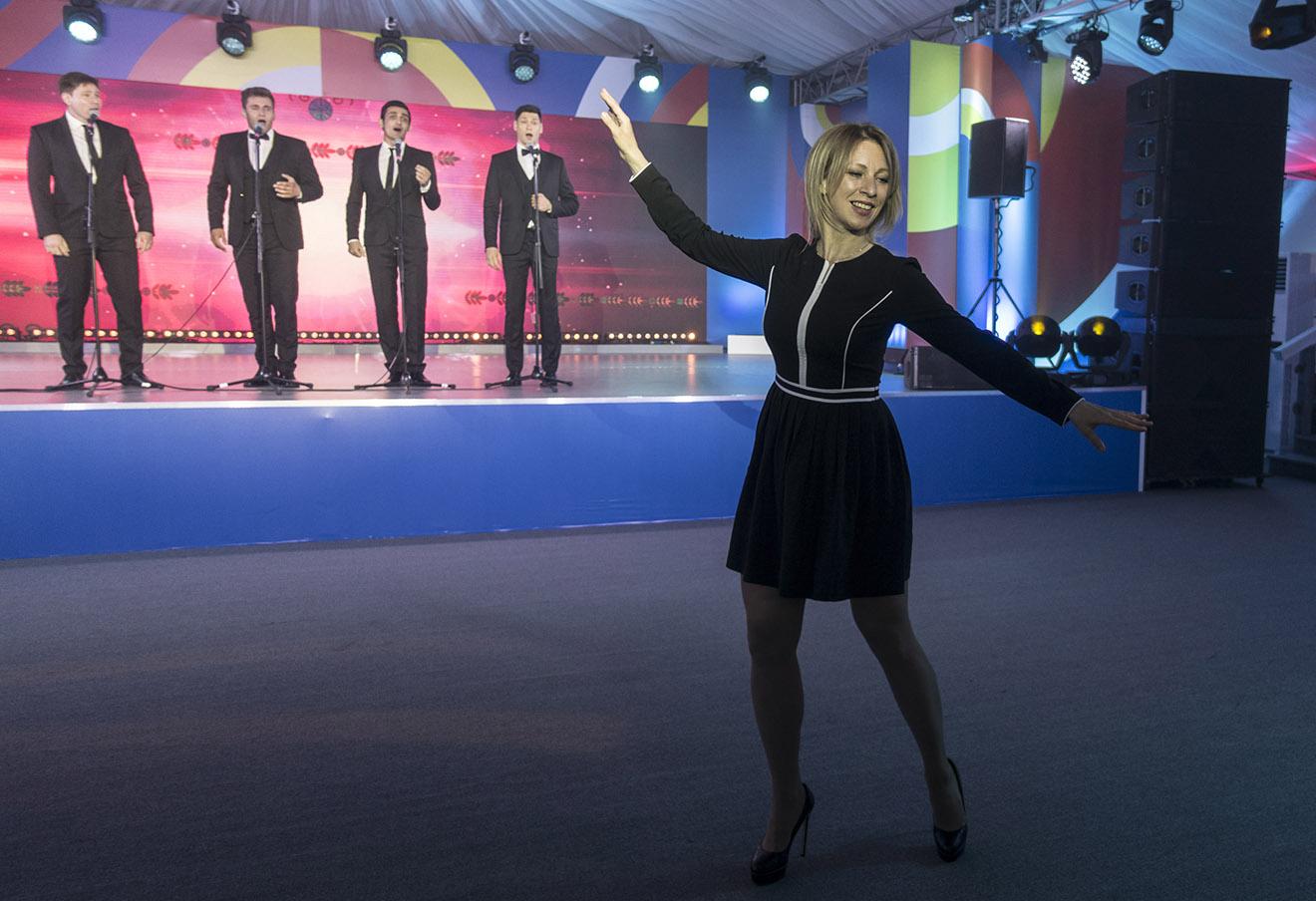 Директор департамента информации и печати министерства иностранных дел РФ Мария Захарова во время танца на торжественном приеме для журналистов на саммите Россия — АСЕАН.