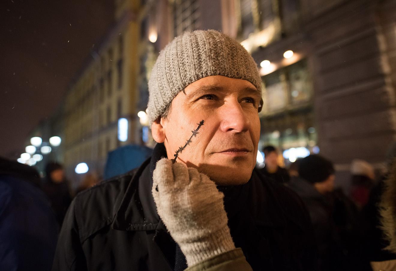 Участник пикета в защиту активиста Ильдара Дадина в Санкт-Петербурге. Фото: Игорь Акимов / Интерпресс / ТАСС