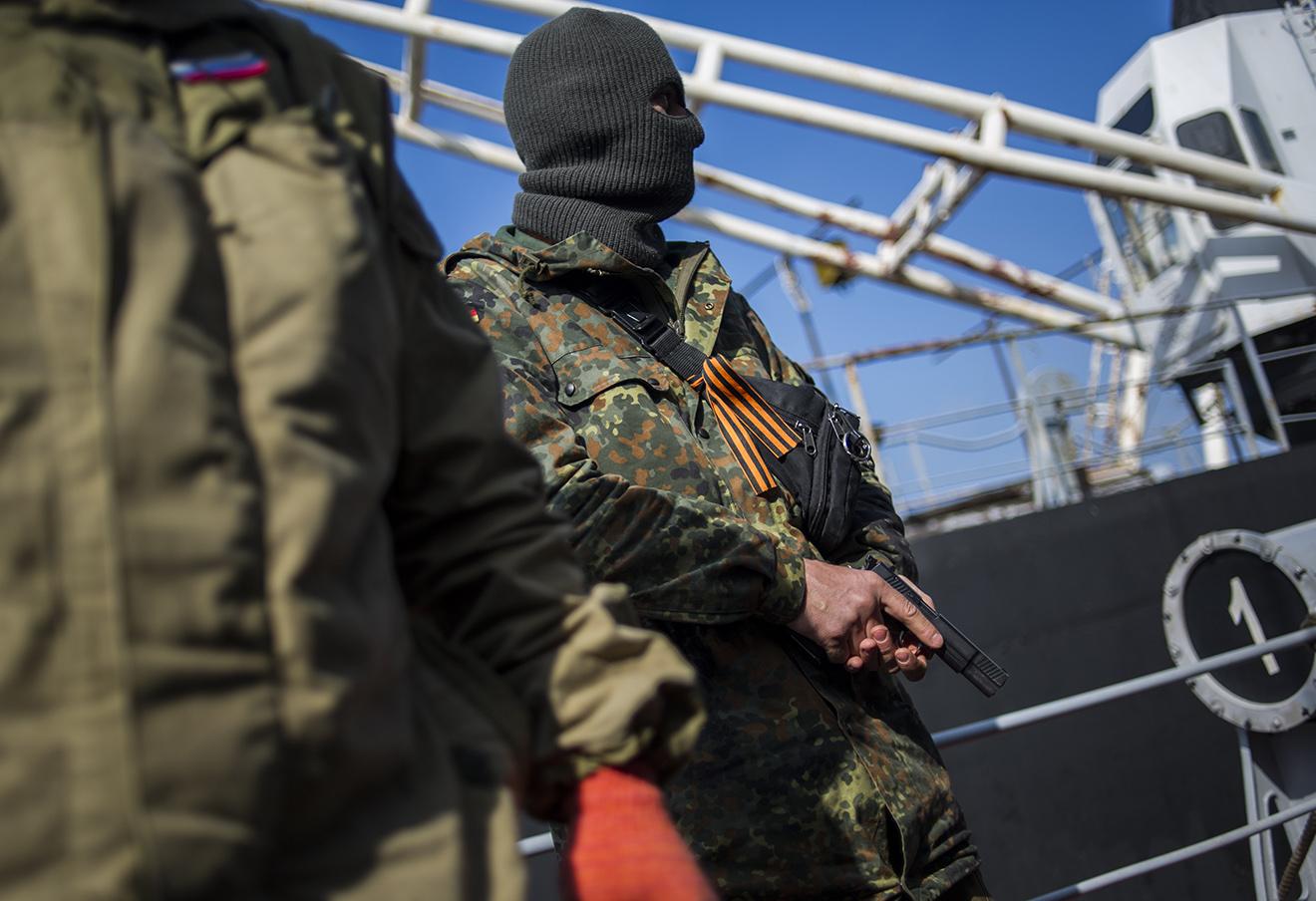 Пророссийский сепаратист во время захвата украинского корабля «Хмельницкий» в Севастополе, 20 марта 2014. Фото: Андрей Любимов / AP / East News