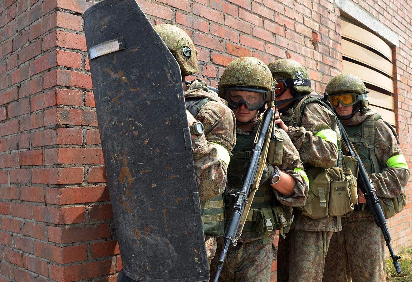 Совместные антитеррористические учения Росгвардии и Минобороны РФ. Фото: Дмитрий Рогулин / ТАСС