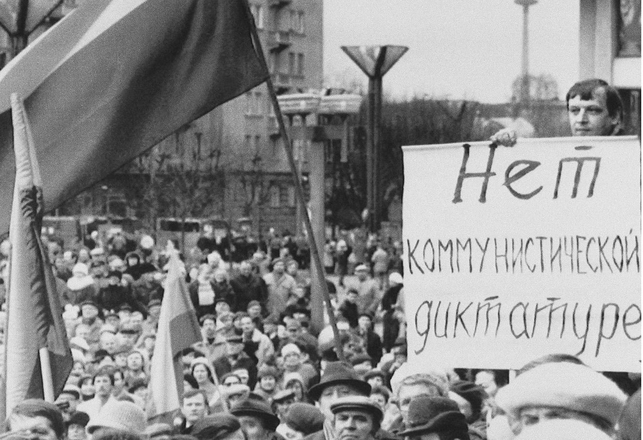 Многотысячный митинг за независимость от Советского Союза. Вильнюс, Латвия, 16 марта 1991. Фото: Mindaugas Kulbis / AP / East News