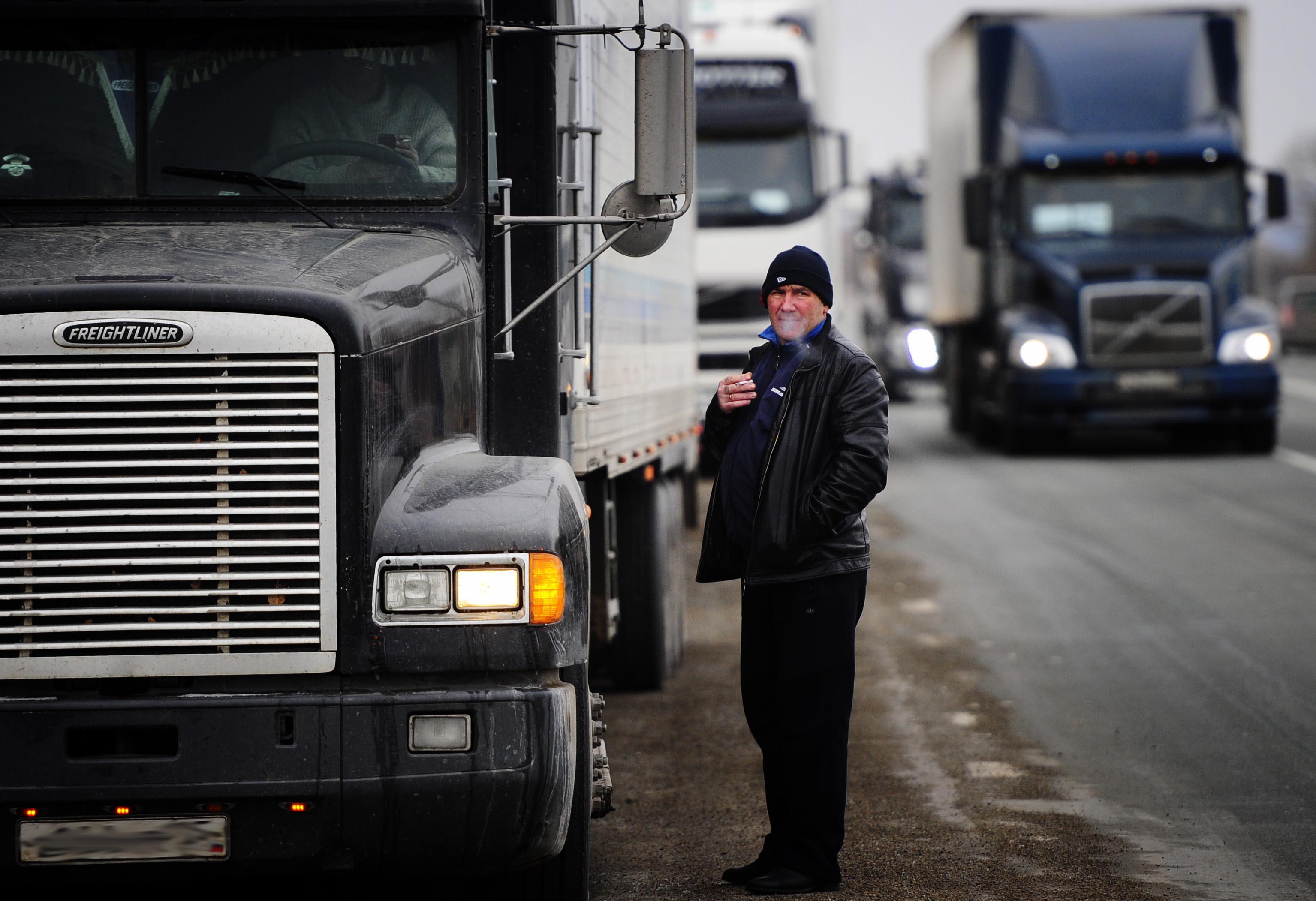 Водители-дальнобойщики во время всероссийской акции «Улитка» на трассе М-60 от Кипарисово до Владивостока, 4 декабря 2015 года.