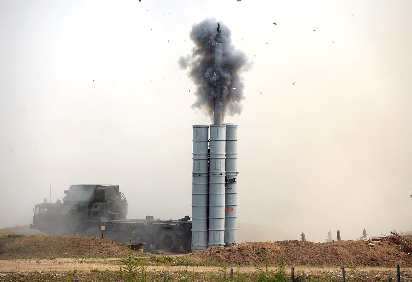 Зенитчики Центрального военного округа во время боевых стрельб из зенитно-ракетных комплексов С-300. Фото: Донат Сорокин / ТАСС