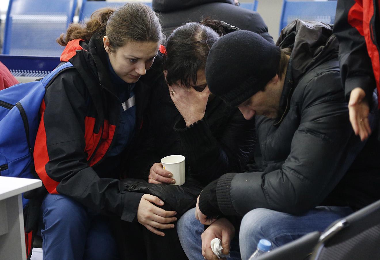 Родственники погибших в аэропорту Ростова-на-Дону, 19 марта 2016 года.