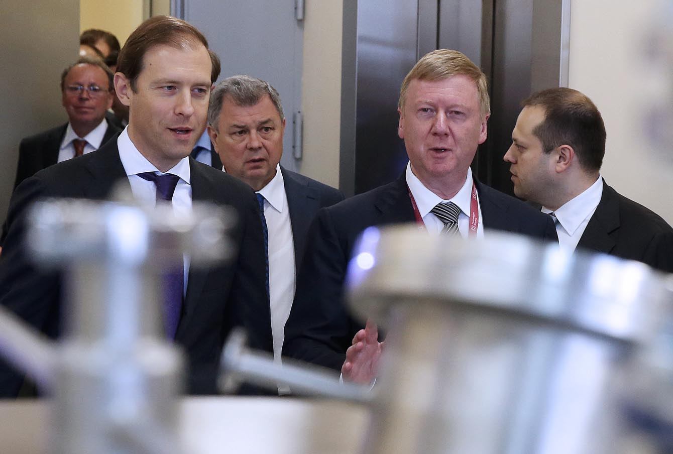 Министр промышленности и торговли Денис Мантуров и глава «Роснано» Анатолий Чубайс на фармацевтическом заводе в Калужской области.