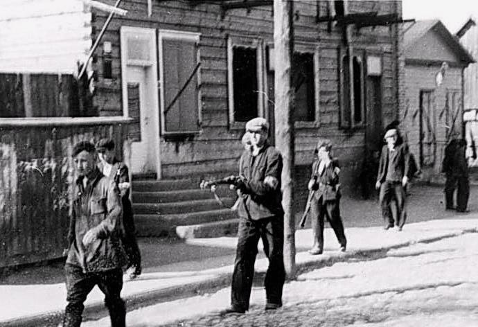 Безоружный боец Красной Армии конвоируется вооруженными полицаями