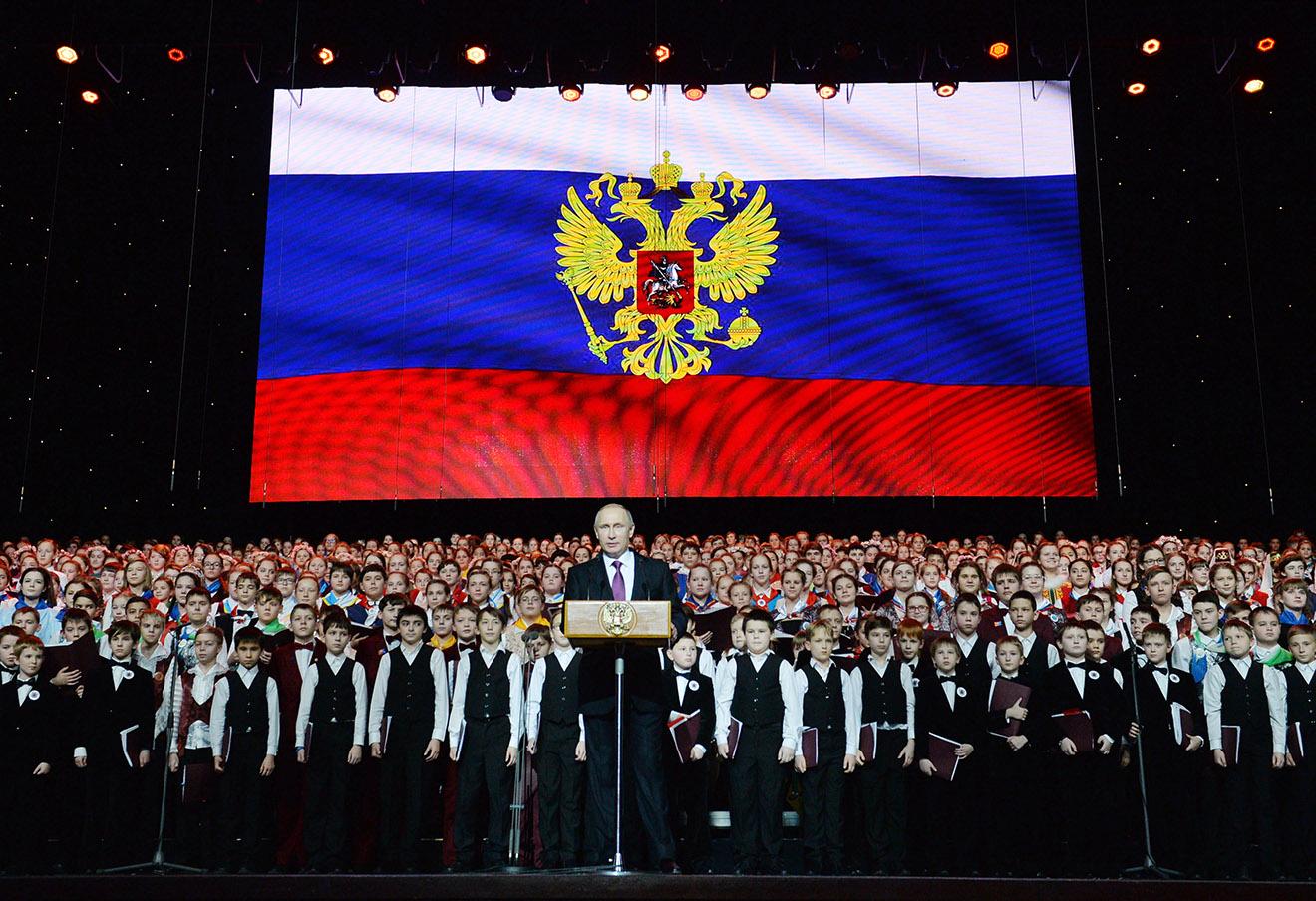 Владимир Путин во время концерта Детского хора России в Государственном Кремлевском дворце.