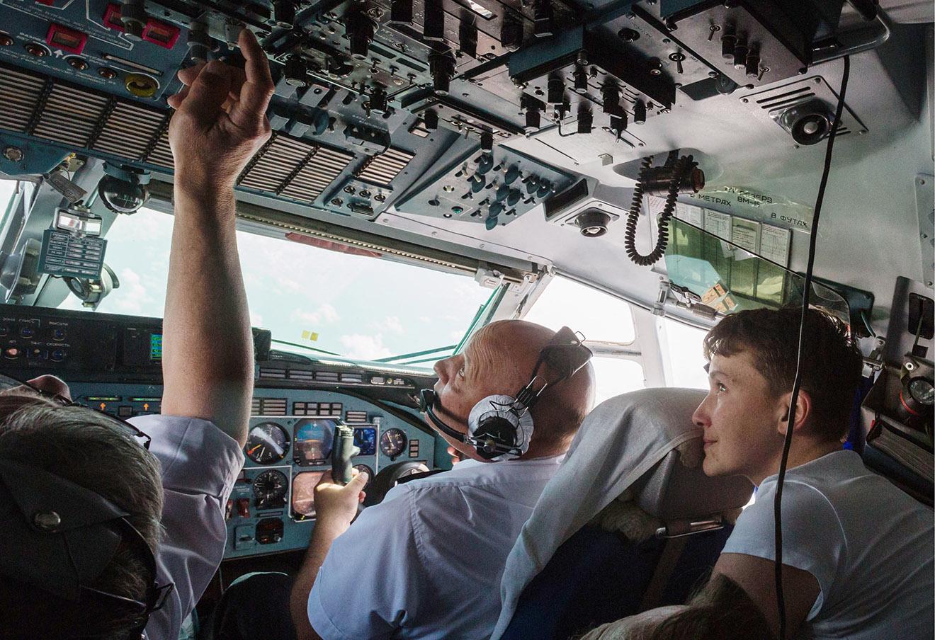 Надежда Савченко во время прибытия в аэропорт Борисполь, 25 мая 2016 года.