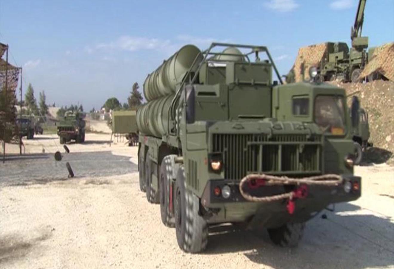 Прибытие зенитного ракетного комплекса С-400 на авиабазу Хмеймим в Сирии.