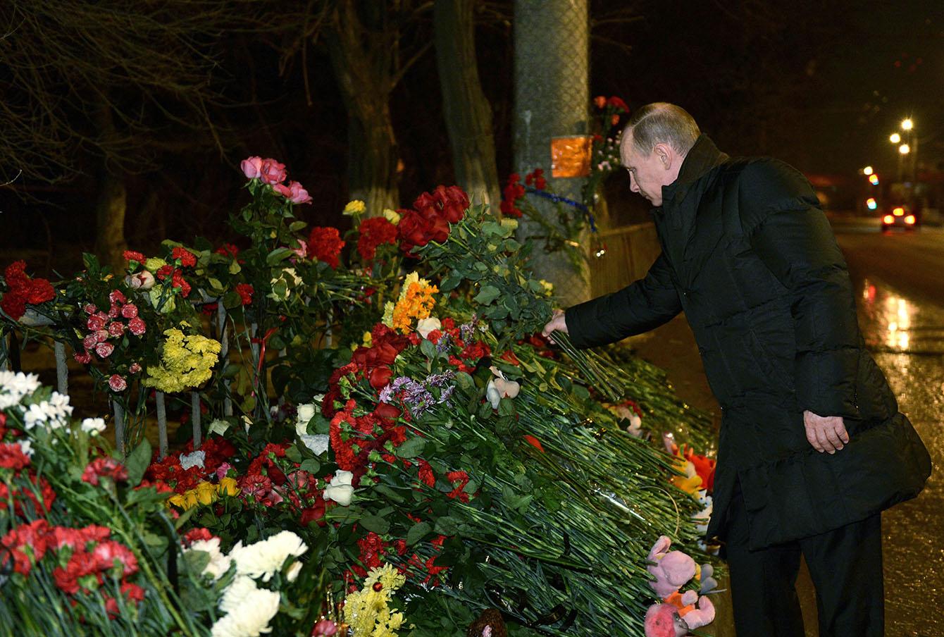 Владимир Путин у стихийного мемориала на месте теракта в Волгограде, январь 2014 года.