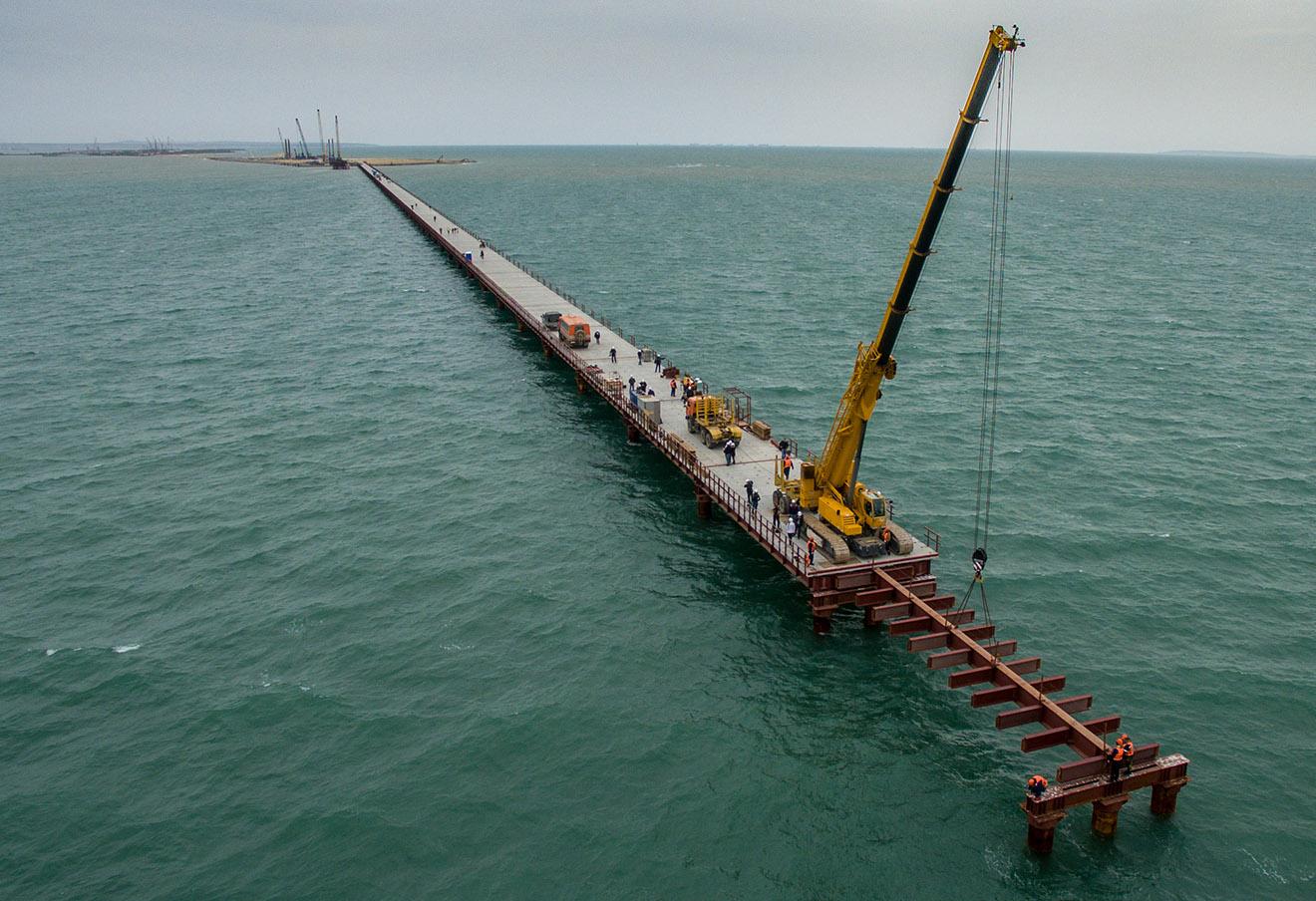 Строительство рабочего моста №2 через Керченский пролив.
