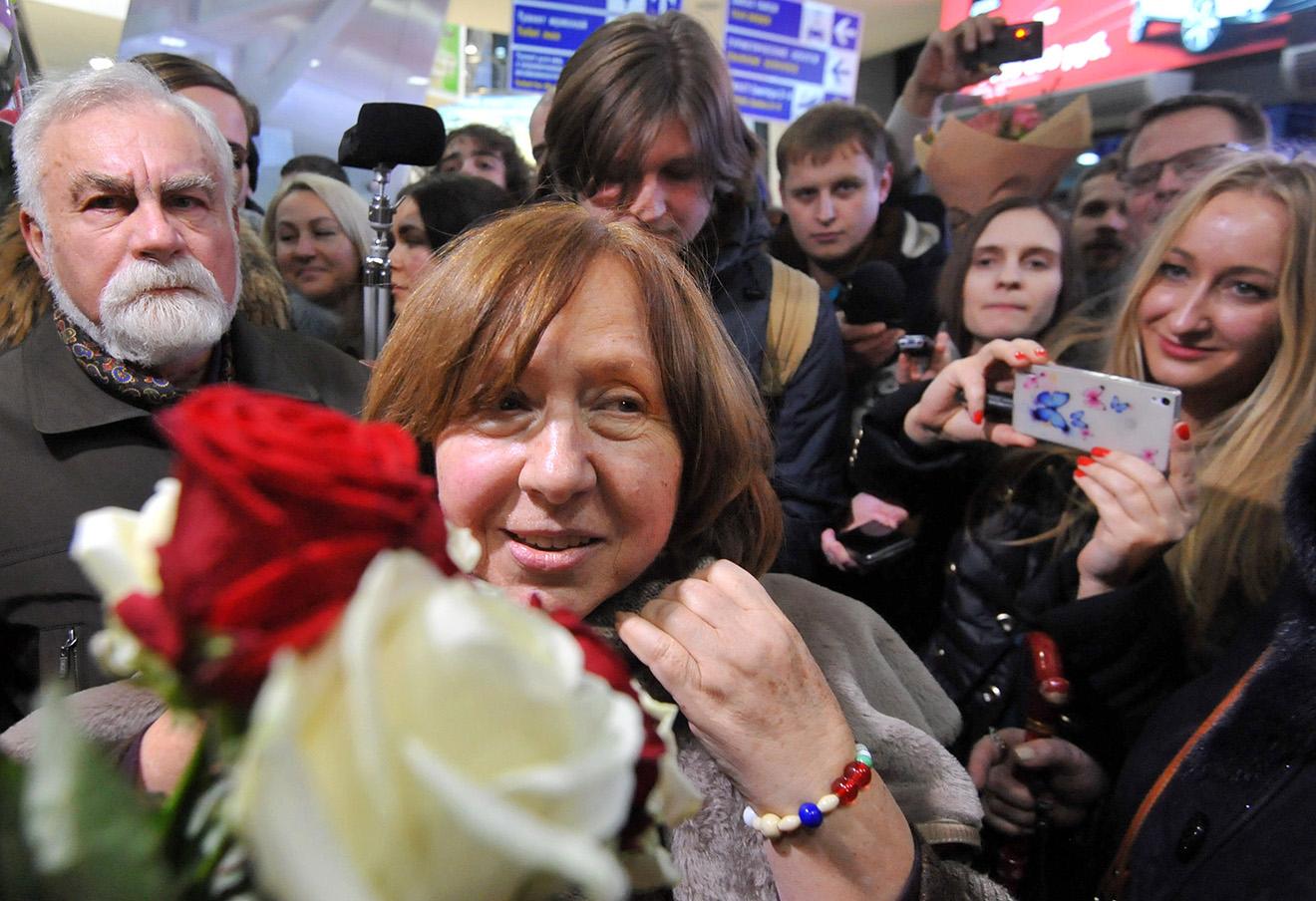 Встреча лауреата Нобелевской премии Светланы Алексиевич в аэропорту Минска, декабрь 2015 года.