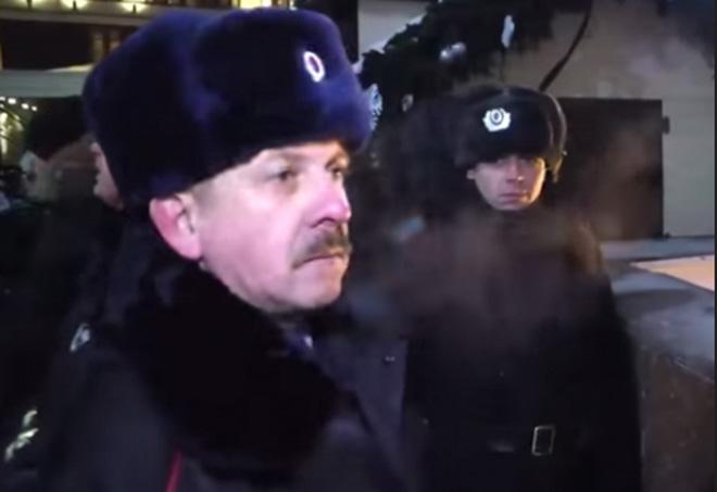 Петр Федчук во время разгона митинга в поддержку братьев Навальных на Манежной площади. Кадр: Youtube