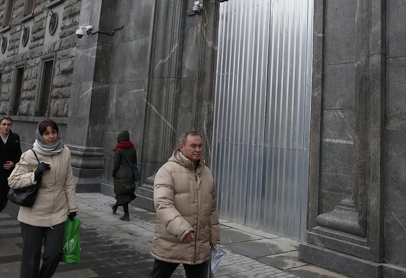 Металлические листы на двери здания ФСБ, которую в ночь на 9 ноября поджег художник Петр Павленский, ноябрь 2015 года.