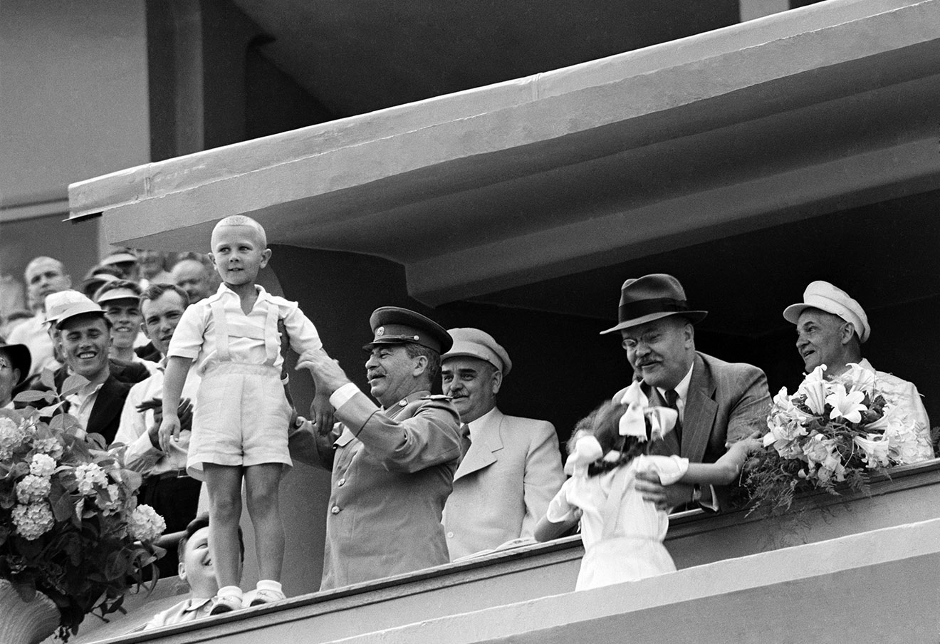 Иосиф Сталин и Вячеслав Молотов на трибуне с детьми. Фотохроника ТАСС