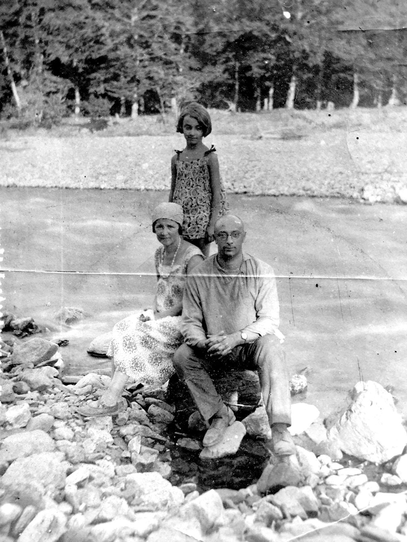 Григорий Фридлянд с женой и дочкой, конец 1920-х годов.