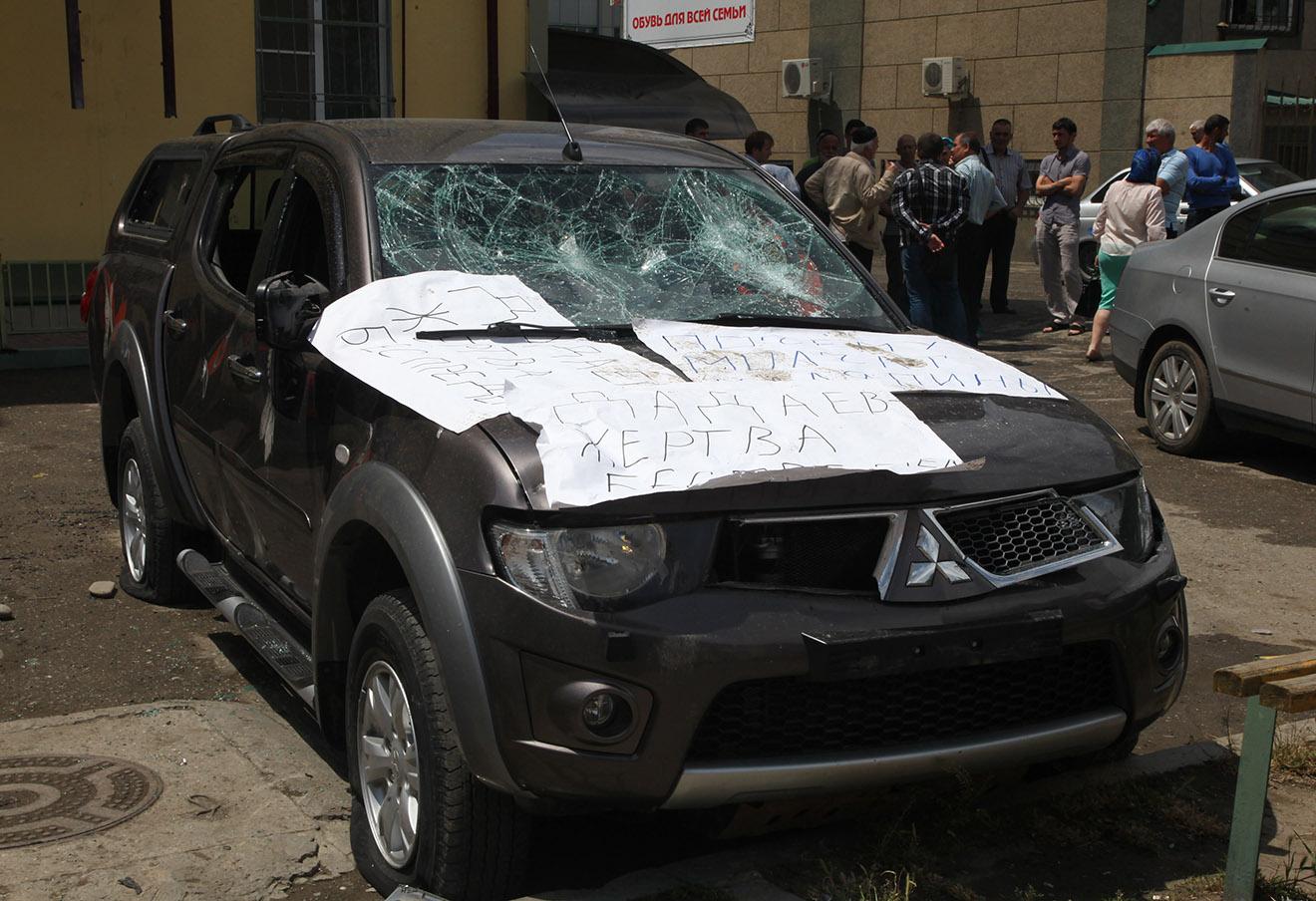 Поврежденная машина сводной мобильной группы правозащитников в Грозном, 3 июня 2015 года.