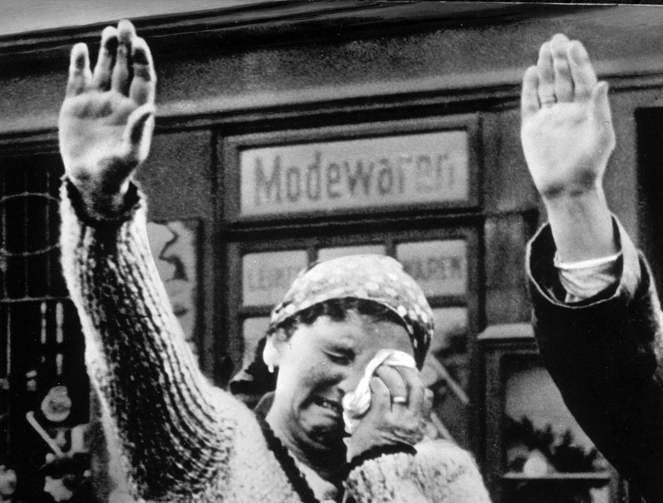Жительница Судетской области Чехословакии салютует войскам фашистской Германии, 1938 год.
