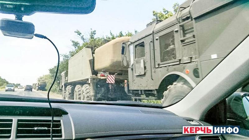 Ракетный комплекс «Бастион-П» на шоссе в Керчи после выгрузки с парома 10 августа. Номерные знаки автомобилей совпадают с теми, которые были замечены в порту Кавказ