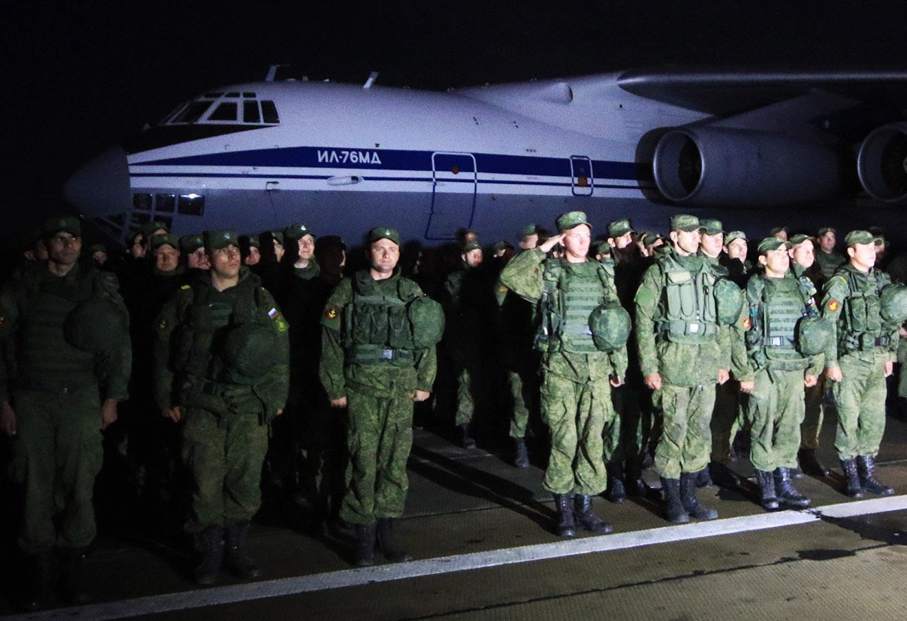 Морские пехотинцы Черноморского флота, выполнявшие задание по охране аэродрома Хмеймим в Сирии, во время торжественной встречи на аэродроме Бельбек.