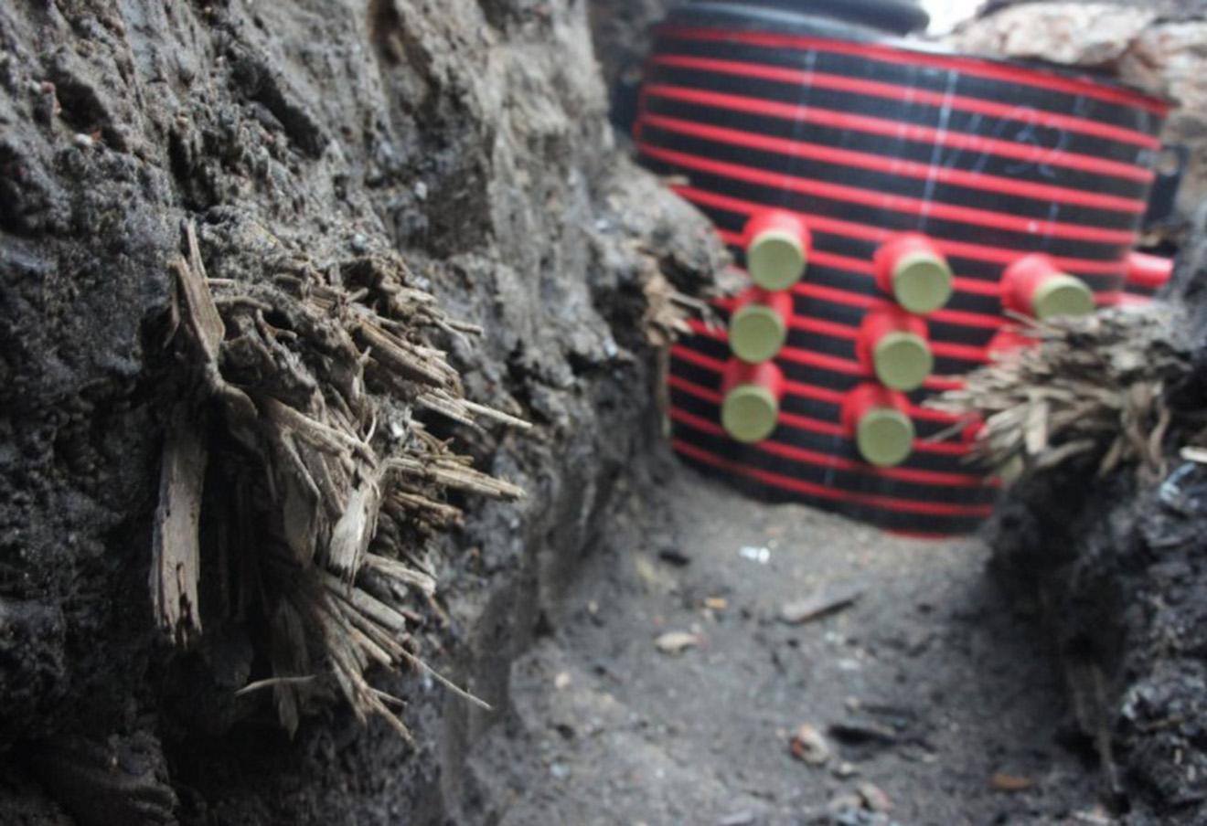 Поврежденная часть древней деревянной мостовой, найденная в результате ремонтных работ на Тверской улице в Москве.