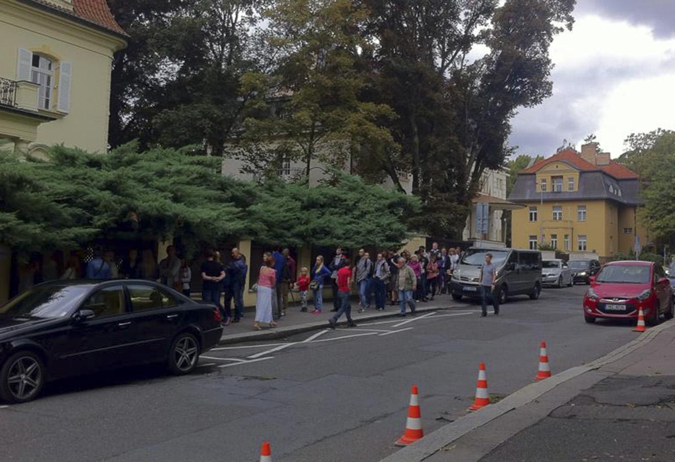 Очередь перед избирательным участком в Праге. Фото: Олександр Двоєконко / Facebook
