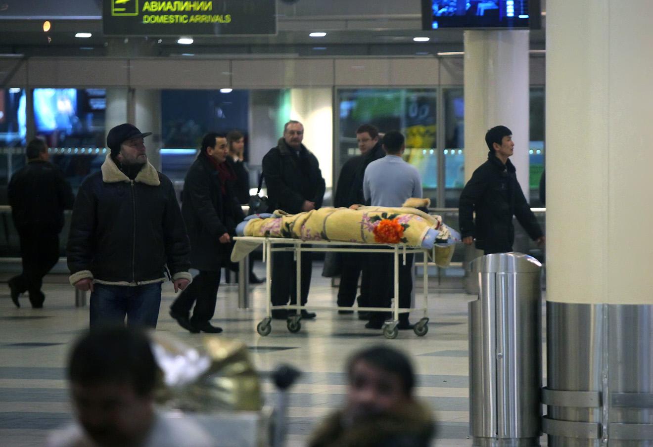 Тело погибшего в результате взрыва в аэропорту Домодедово, 25 января 2011 года.