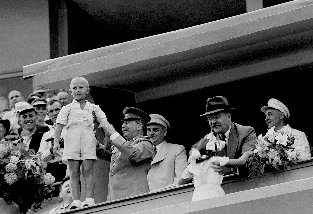 Иосиф Сталин и Вячеслав Молотов на трибуне с детьми, 1947 год.