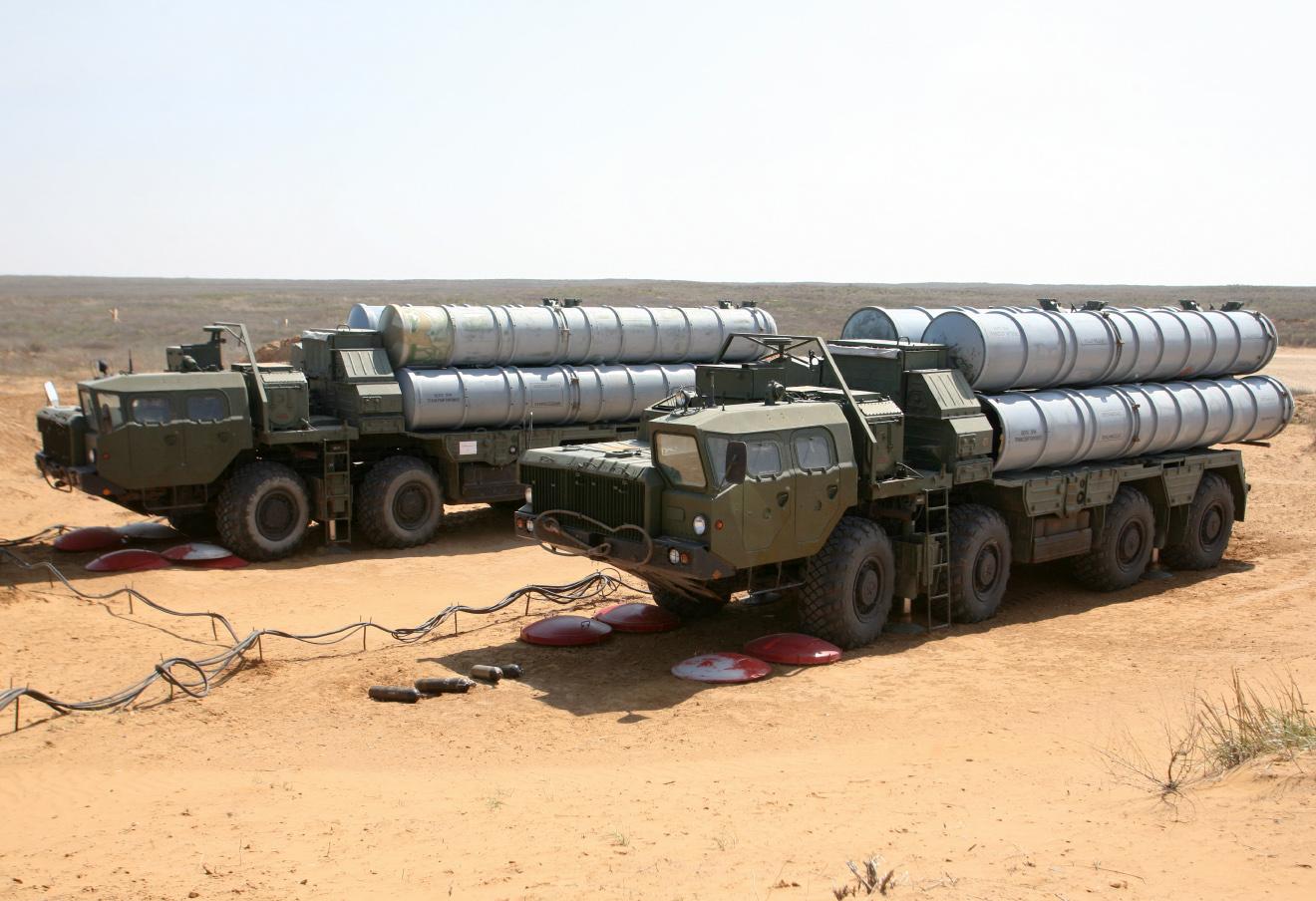 Машины с пусковой установкой зенитной ракетной системы комплекса С-400 «Триумф».