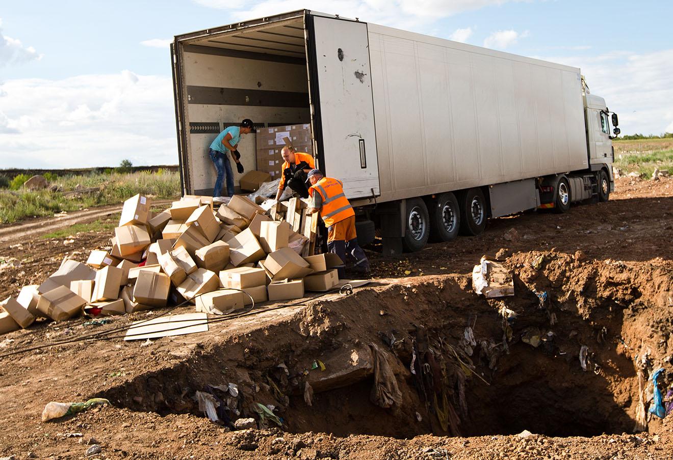 Уничтожение импортного сыра на полигоне у села Подгородняя Покровка.