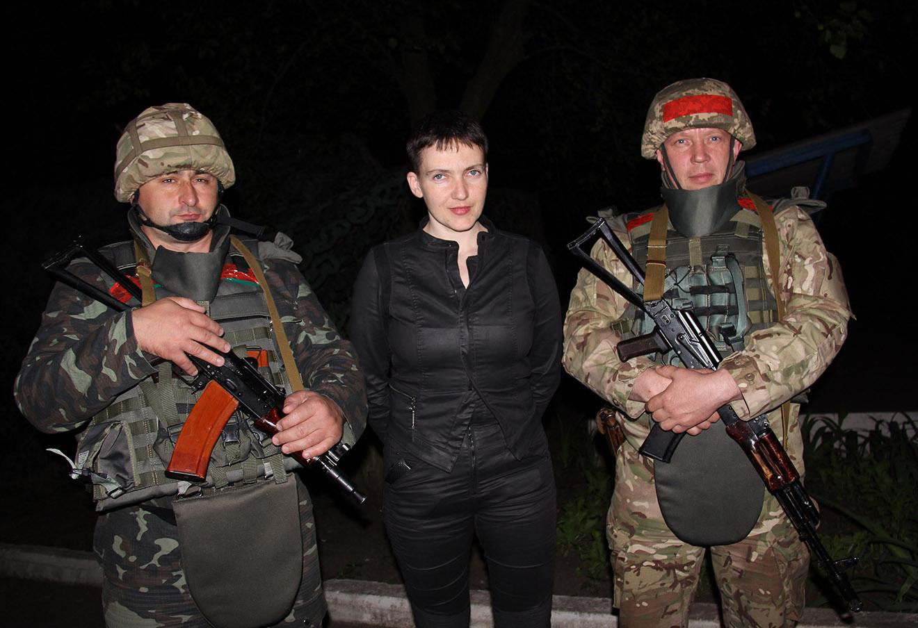 Надежда Савченко во время посещения украинской военной базы близ Славянска, 5 июня 2016 года.