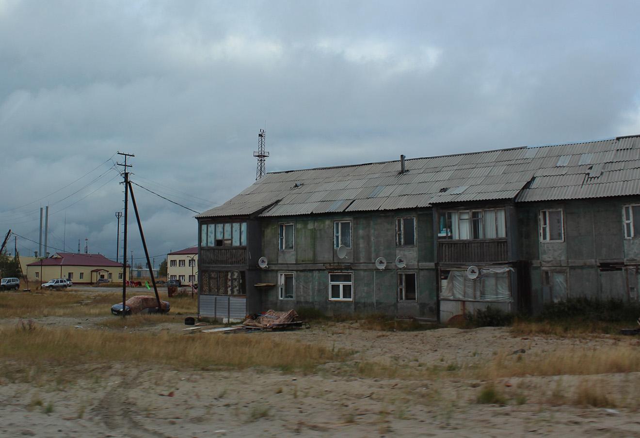 Один из аварийных домов в Новом Уренгое. Фото: Елена Новоселова