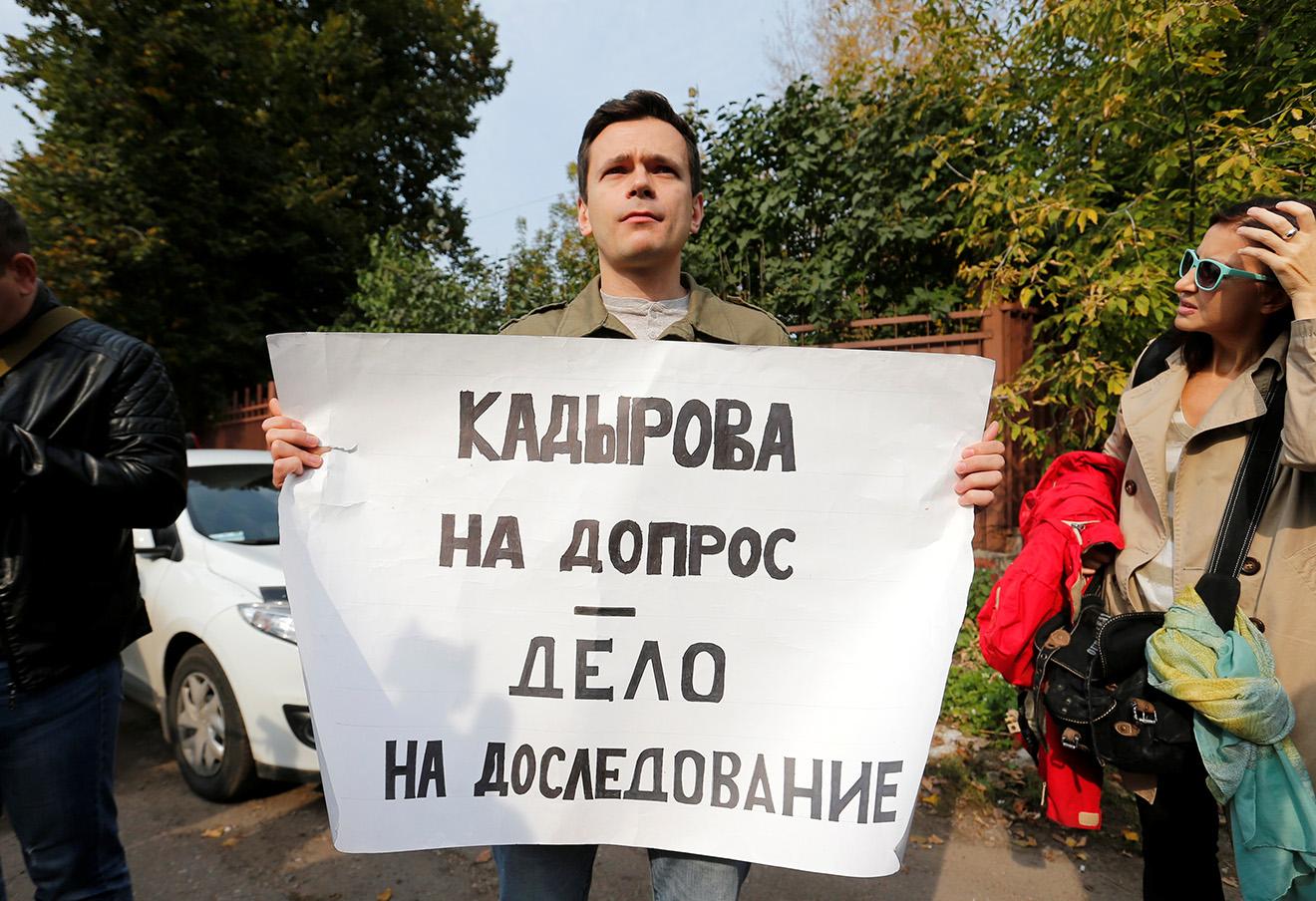 Илья Яшин у здания Московского окружного военного суда. 3 октября, 2016. Фото: Максим Змеев / Reuters