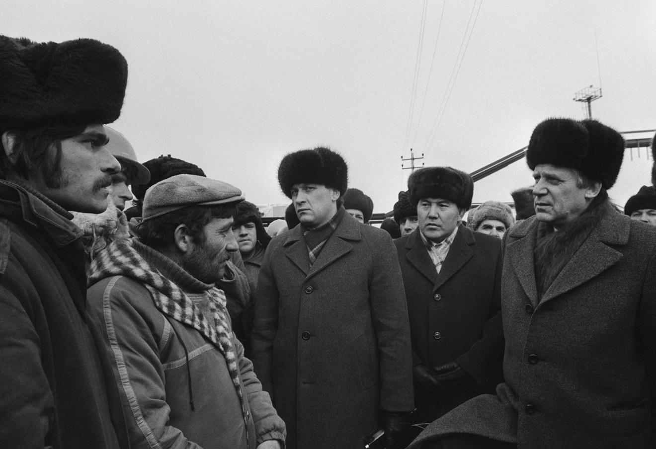 Николай Рыжков во время посещения Тенгизского нефтяного месторождения. Фото: Будан Виктор / Фотохроника ТАСС