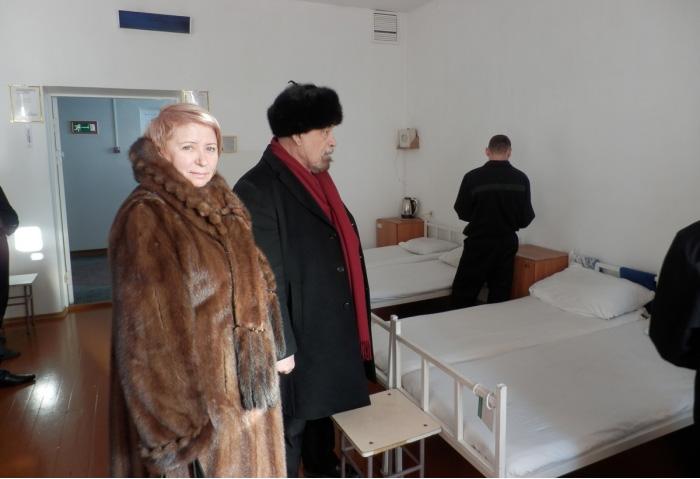 Любовь Волкова и Валерий Борщев во время визита в туберкулезную больницу службы исполнения наказания. Фото: yabloko.ru