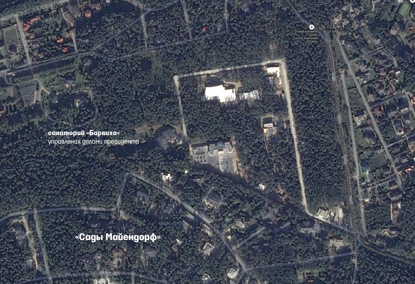 """Пять лет назад, по данным спутниковой карты Росреестра, здесь был сплошной лес. За это время жители нового поселка успели построить в лесу километровую П-образную дорогу, которая огибает все участки и заканчивается у дома соседки Сечина - супруги гендиректора """"Ростеха"""" Екатерины Игнатовой. Фото: Google Maps / Ведомости"""