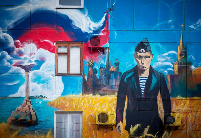 """Граффити """"С возвращением в родную гавань"""" в Севастополе. Фото: gmichailov.livejournal.com"""