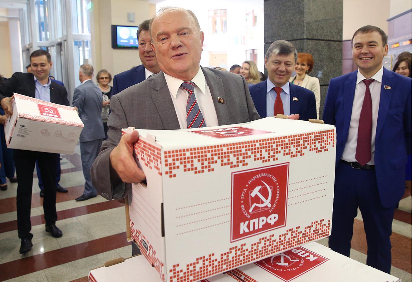 Лидер КПРФ Геннадий Зюганов (на первом плане) во время подачи документов в ЦИК.