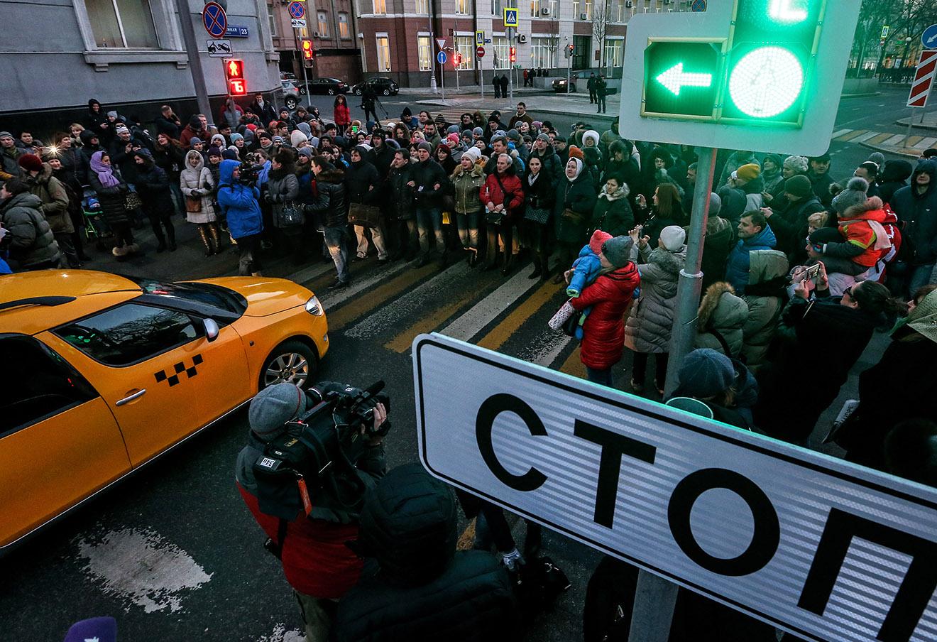 Участники акции протеста валютных заемщиков у Центробанка РФ на Неглинной улице в Москве, 8 февраля 2016 года.
