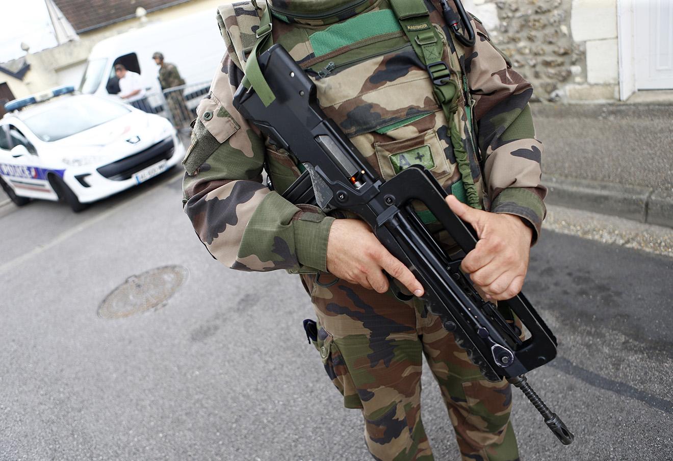 Французский солдат на месте теракта.
