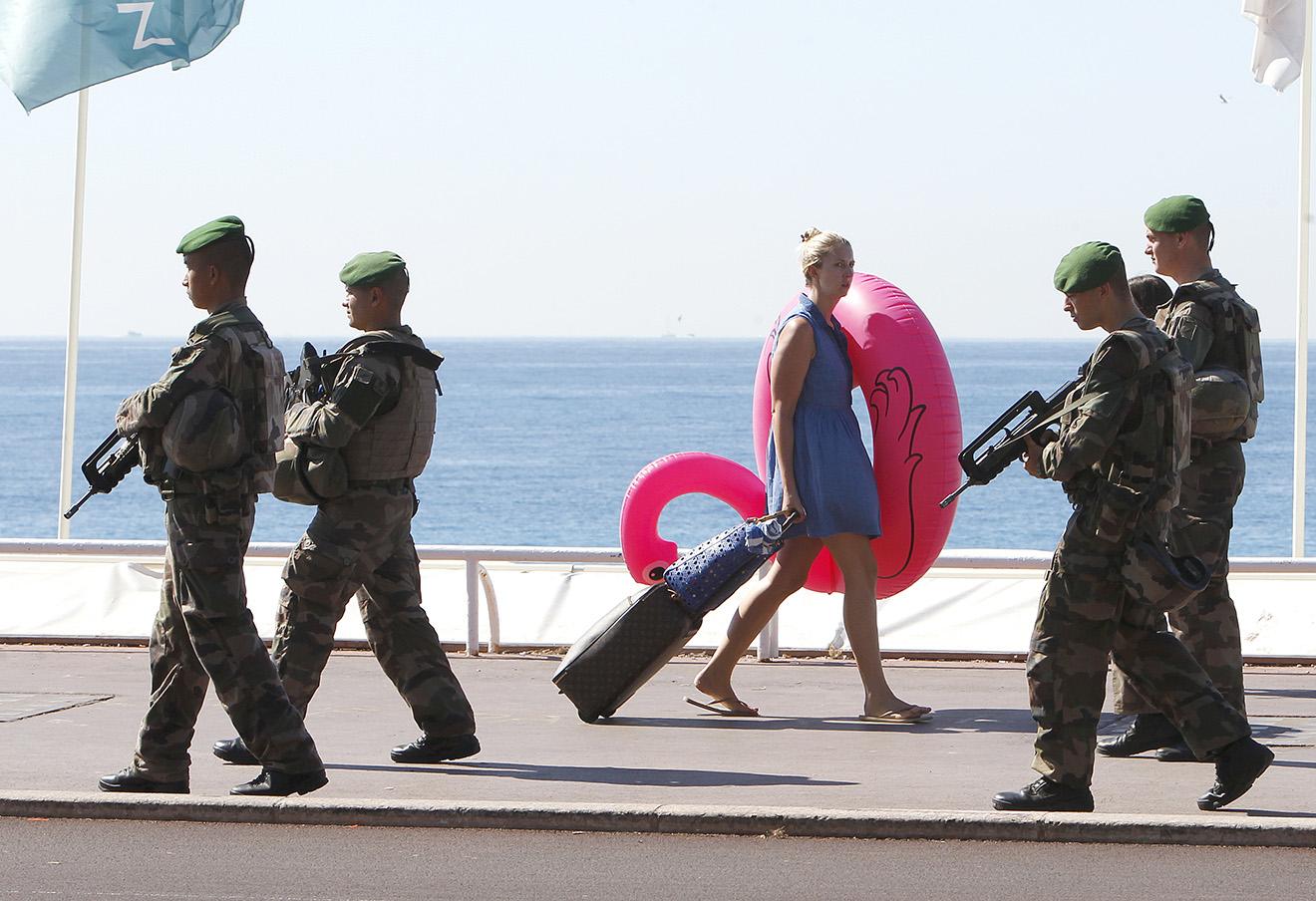 Военный патруль на Английской набережной в Ницце.