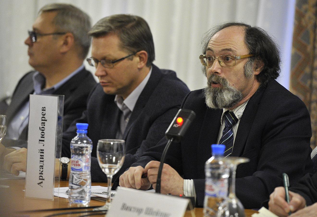 Аркадий Любарев (справа) во время заседания «Круглого стола 12 декабря».