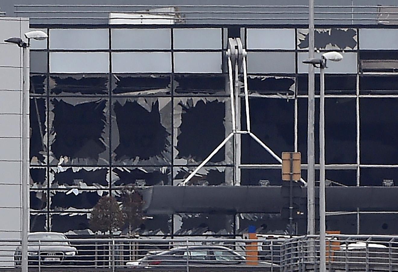Поврежденный фасад аэропорта Брюсселя.