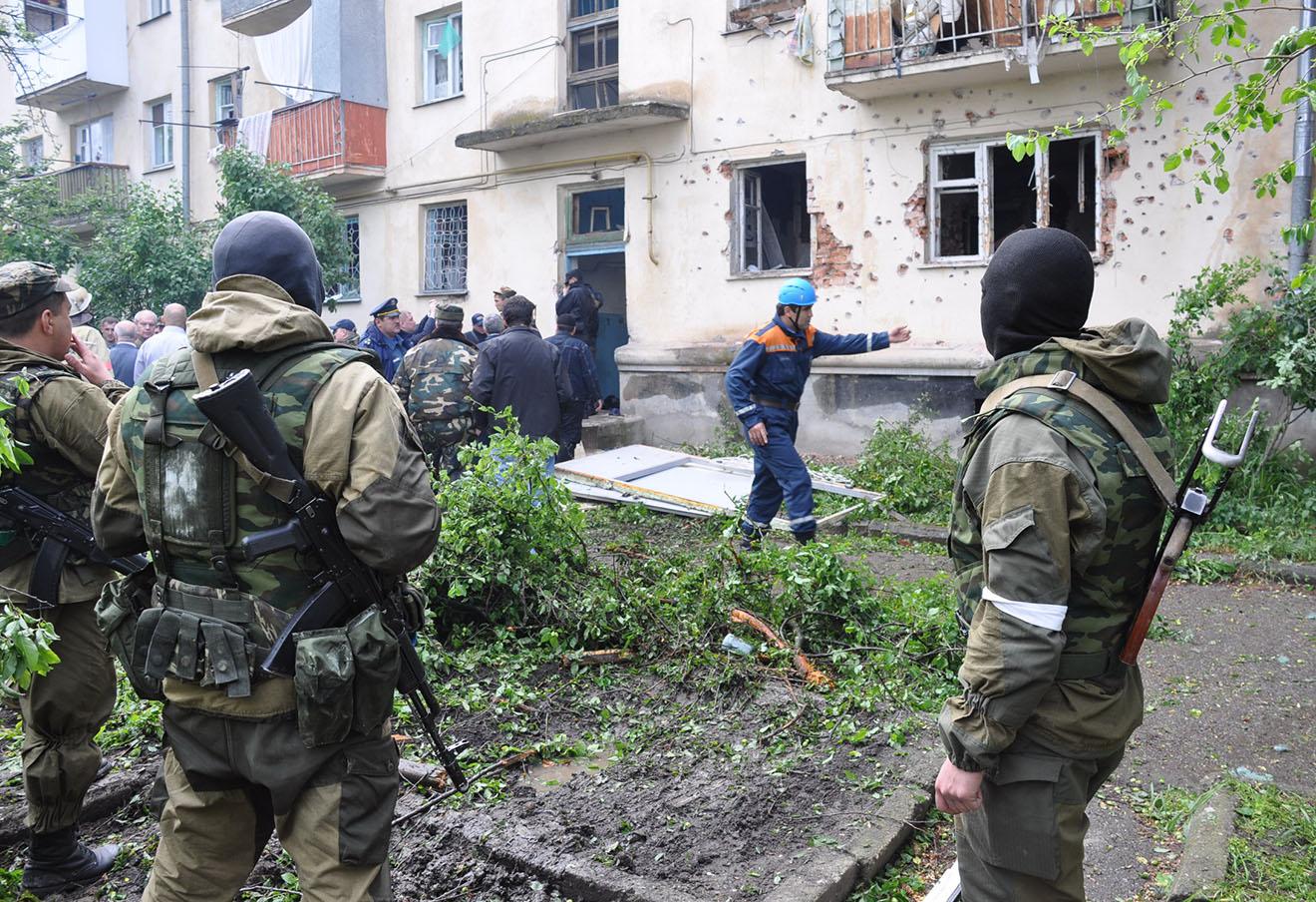 На месте спецоперации по нейтрализации боевиков, скрывавшихся в жилом доме, Нальчик, 2009 год.