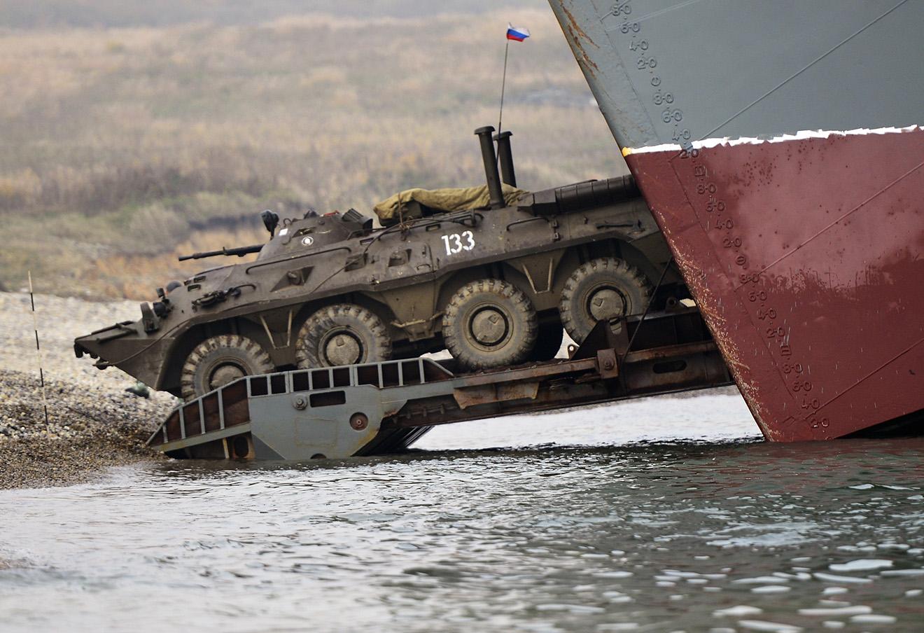 Высадка морского десанта во время зачетных тактических учений бригады морской пехоты Тихоокеанского флота ВМФ РФ на полигоне Клерк в Приморском крае.